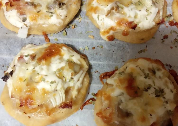 Mini pizzas de nata, bacon, champiñones y cebolla