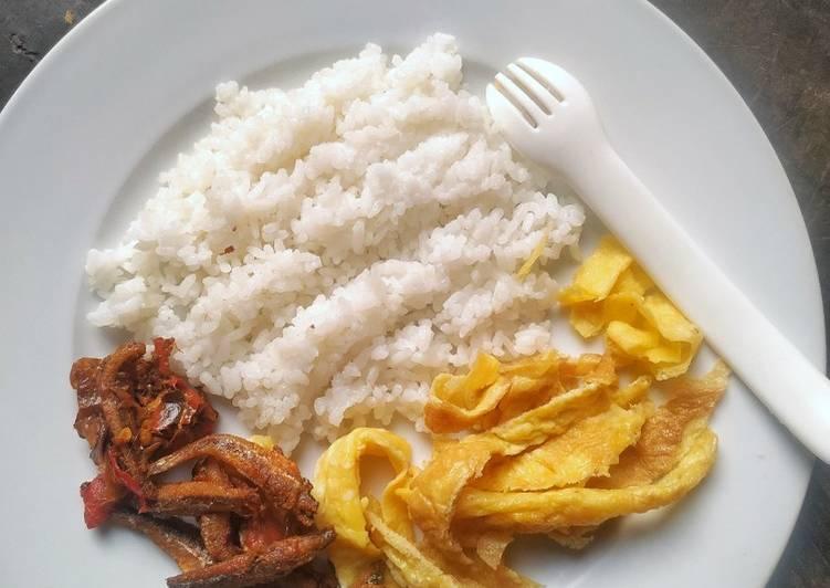 Langkah Mudah untuk Menyiapkan Nasi Lemak, Balado Teri dan Telur Dadar , Bisa Manjain Lidah