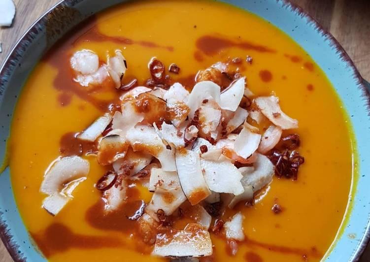 Kürbissuppe mit Garnelen und Kokos