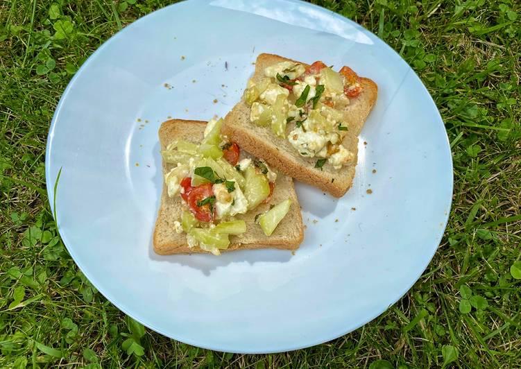 Überbackener sommerlicher Toast