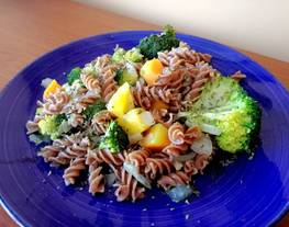 Espirales de centeno con brócoli y zanahorias