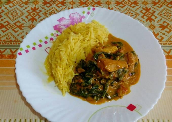 Épinards au poulet et curry avec riz basmati