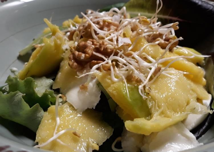 Ensalada de mango, queso mozzarella, nueces y un toque de miel de acacio