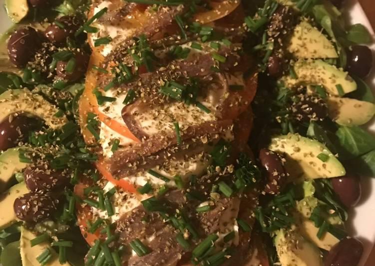 Ensalada Caprese con mozzarella y anchoas