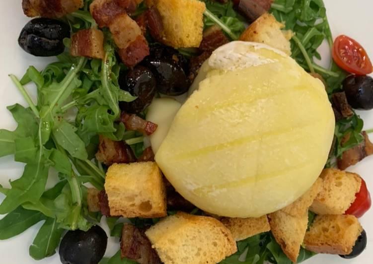 Tomino su rucola con pane fritto e prosciutto croccante