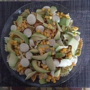 Ensalada de pasta con aguacate y palmito