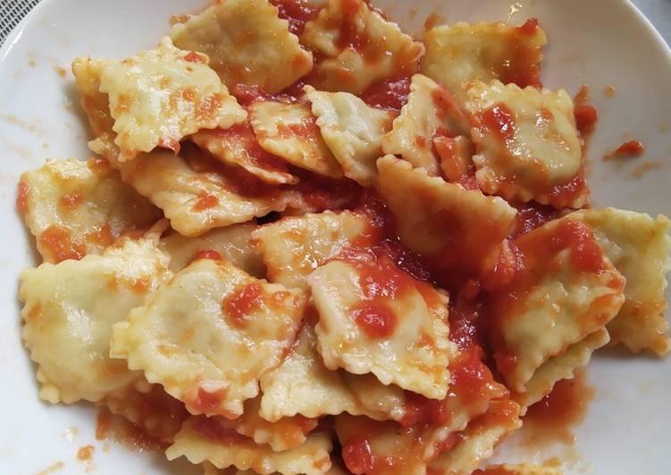 Ravioli di carne al sugo di pomodoro