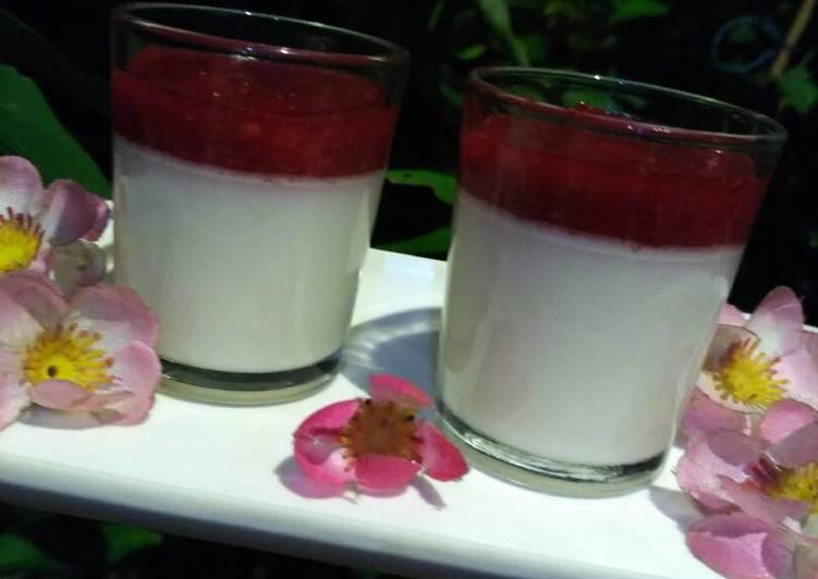 Lychee Vanilla Panna Cotta dgn Strawberry Compote