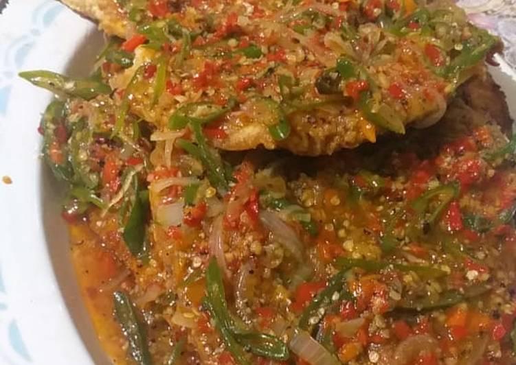 Ikan goreng saus jahe pedas