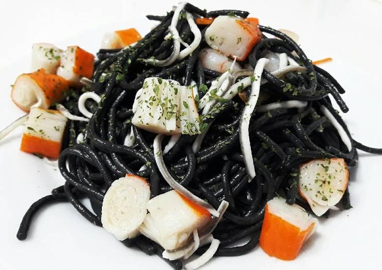 Espagueti negro con gambas, gulas y chaca