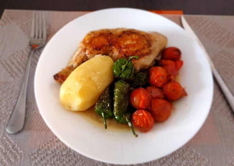 Pollo hervido con guarnición de pimientos del padrón y tomatitos