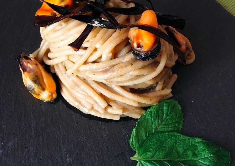 Ricetta Spaghetti con crema di melanzane alla menta, cozze e julienne di bucce di melanzane fritte