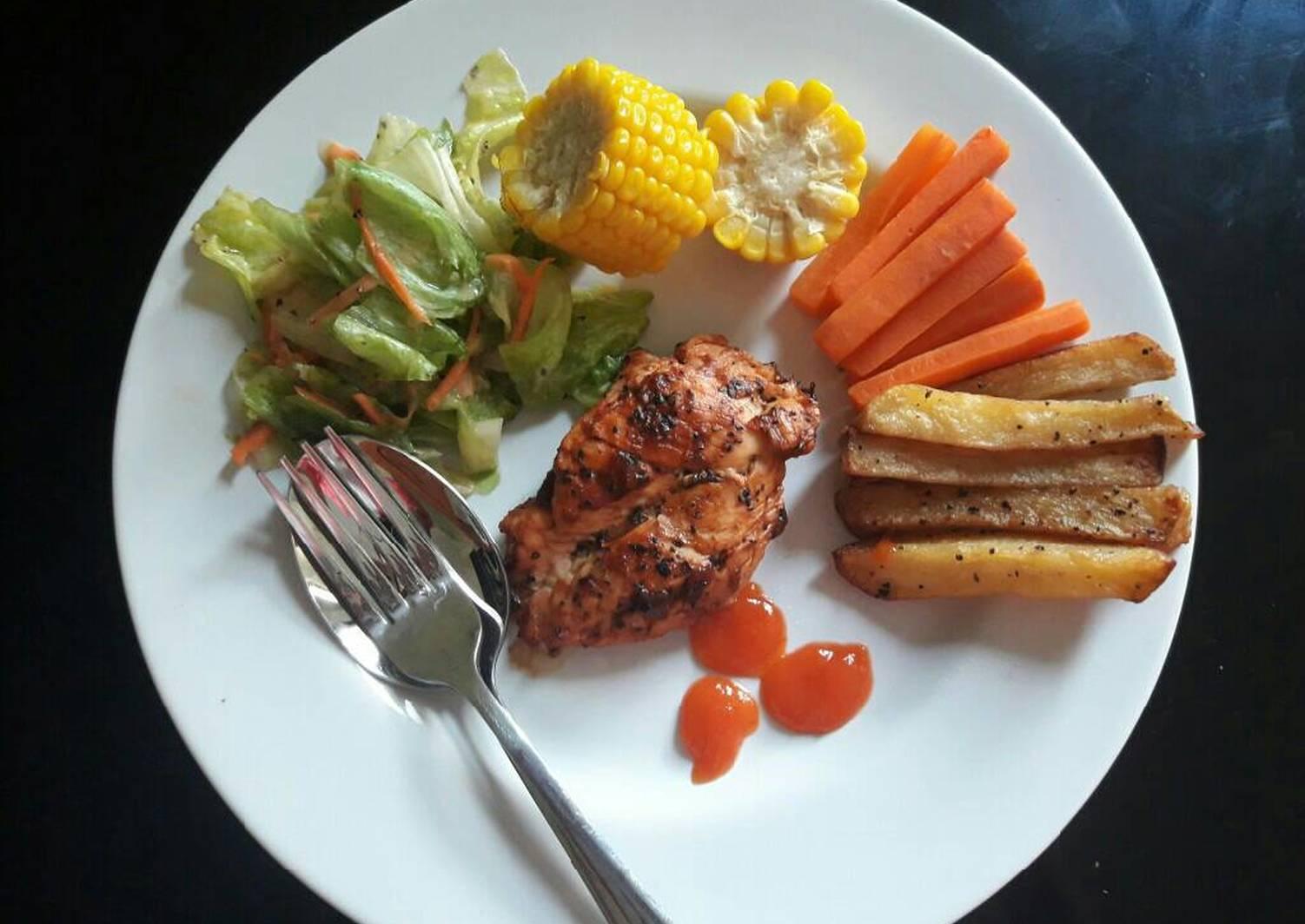 steak ayam dengan salad sayuran foto resep utama