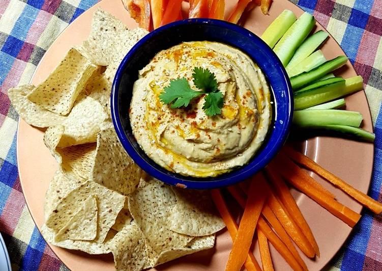 Hummus tradicional con crudités y nachos