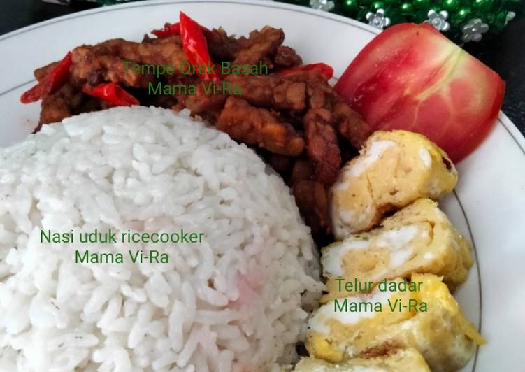 Nasi uduk rice cooker + Tempe orek basah Dan telur Dadar