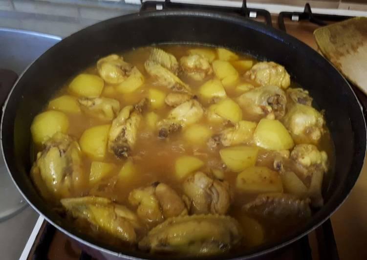 Ailes de poulet au curry jaune avec pommes de terre et ananas