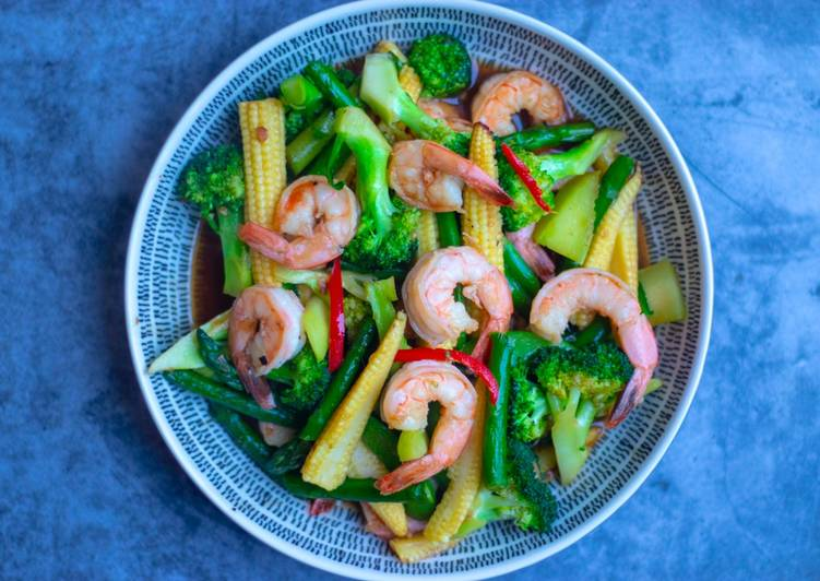 Stir fried mix vegetables with prawns in oyster sauce