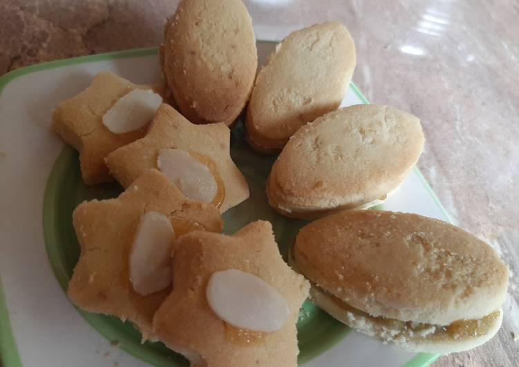 Peanuts biscuits with jam coated