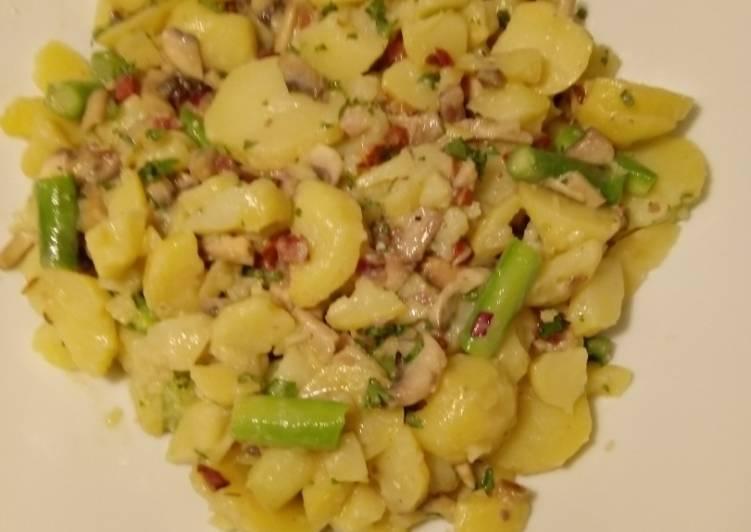 Kartoffelsalat mit Pilzen, grünem Spargel und Speck