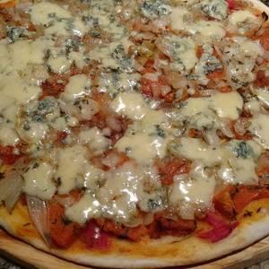 Pizza con zapallo, cebolla y roquefort