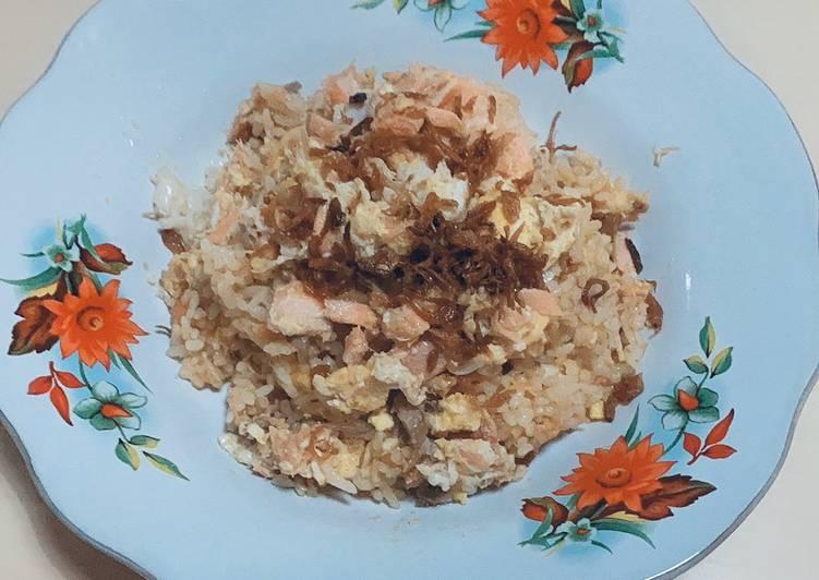 Nasi goreng gila pakai telur dan ikan salmon