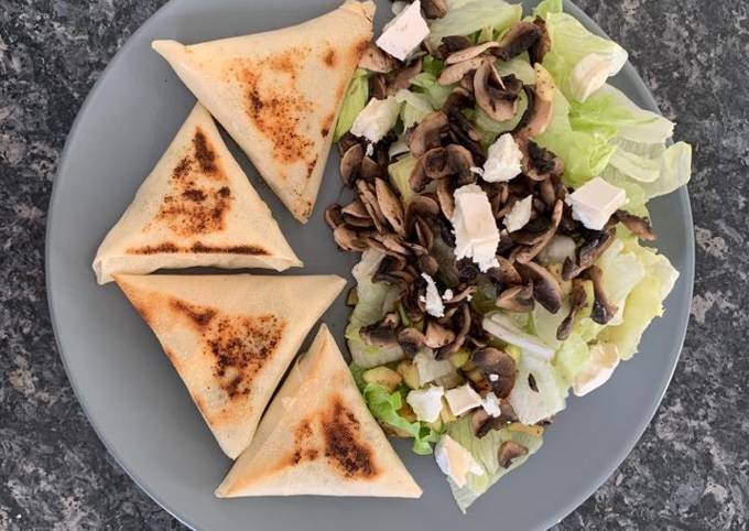 Brique courgette chèvre avec sa salade et champignons