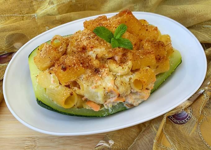 Pasta con zucchine e salmone in barchetta