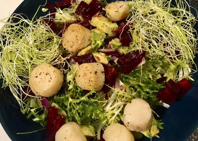 Salade composée aux coquilles Saint-Jacques flambées au cognac