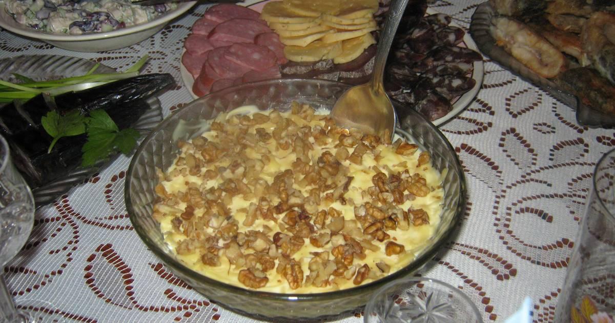 Салат с курицей, ананасами и грецкими орехами - пошаговый ...