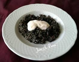Arroz negro con chipirones y sals alioli