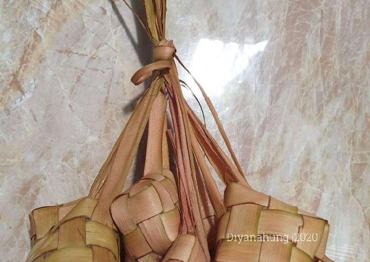 Cara Membuat Anyaman Ketupat dan Merebus Ketupat Praktis