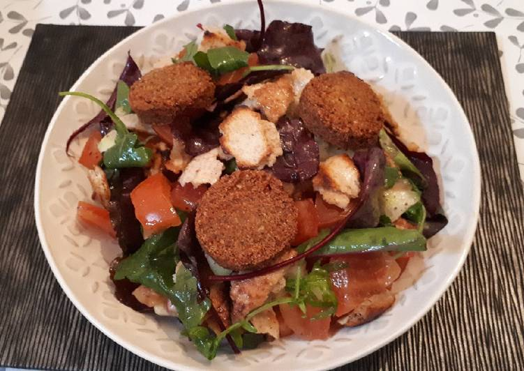 Ensalada fattoush con falafel