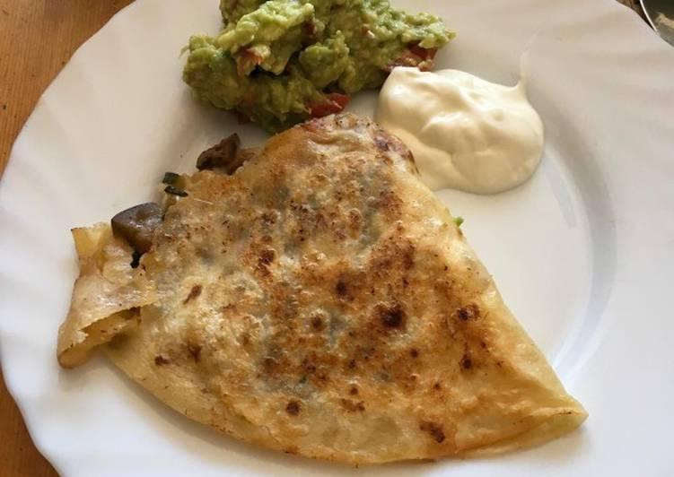 Quesadillas mit gebratenem Gemüse und Hühnchen