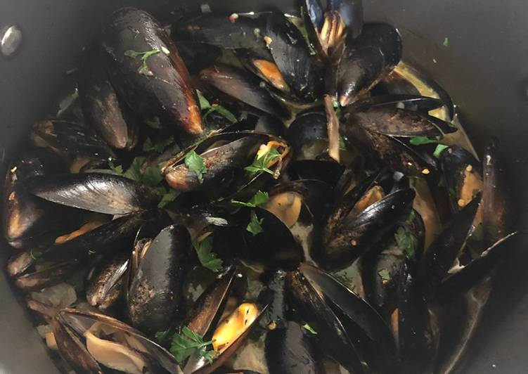Beer and garlic mussels