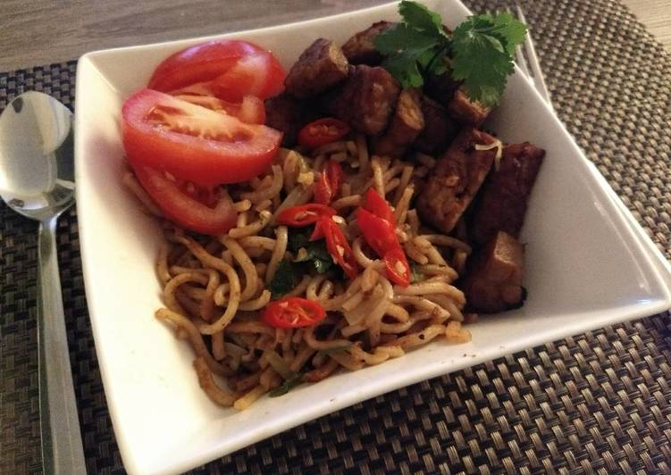Mie saus sate (Noodle with Indonesian satay sauce)