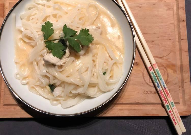 Soupe de nouilles au poulet et curry rouge