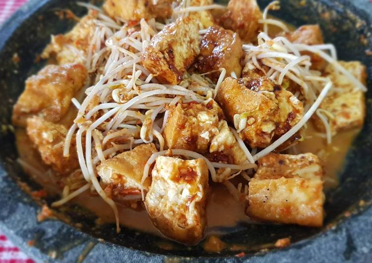 Recipe of Homemade Tahu Tek (Fried Tofu and Bean Sprout With Peanut Sauce)