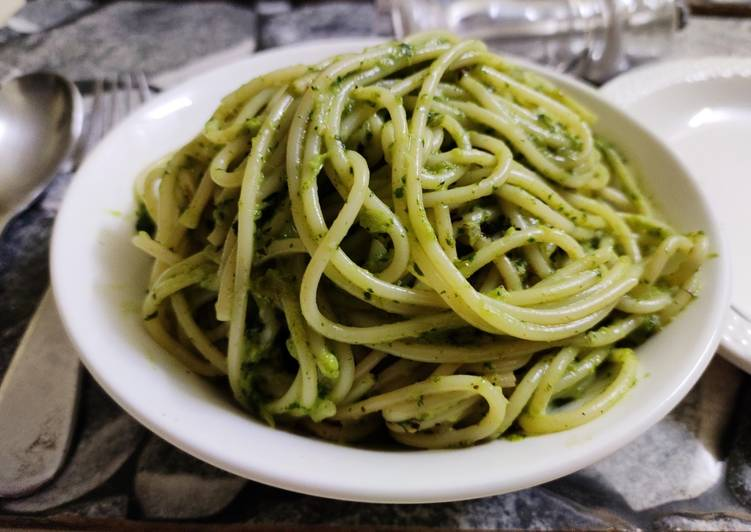Foods That Can Make Your Mood Better Spaghetti in creamy spinach sauce