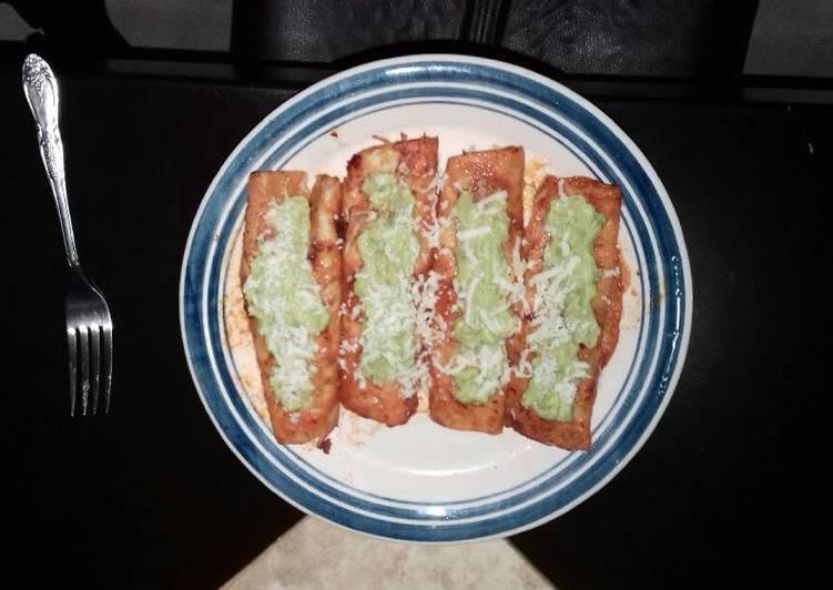Enchiladas rojas de pollo con guacamole