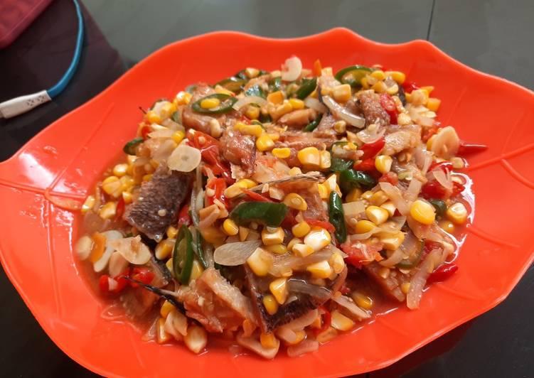 Tumis ikan Gabus asin plus jagung pipil.