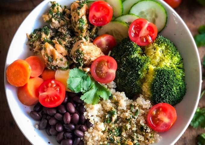 GEMÜSE - BOWL mit Quinoa und mariniertem Lachs