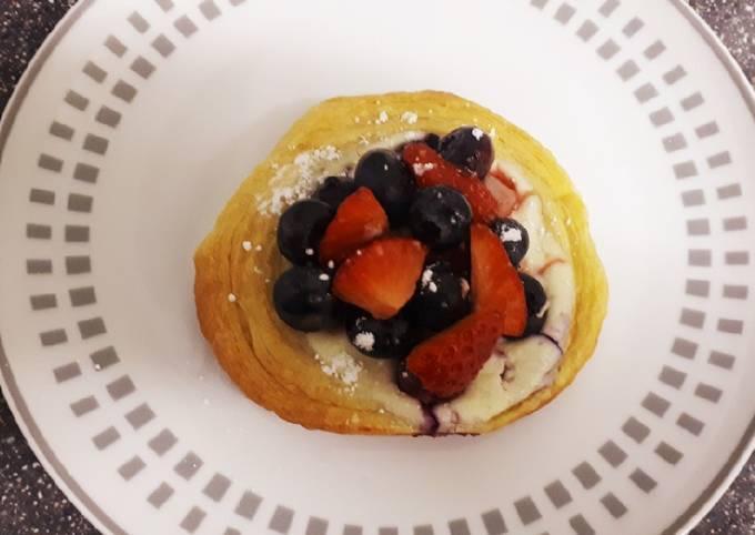 Easy danish with berries