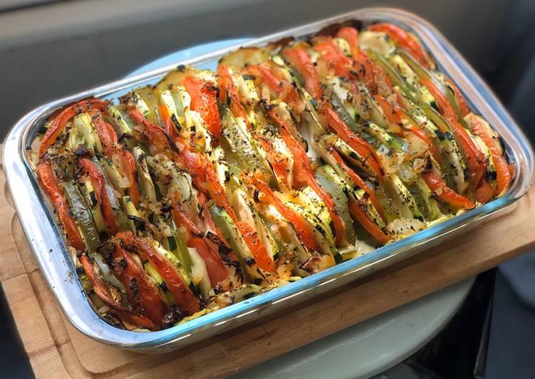 Tian de courgette tomate poivron & mozzarella disposé sur un riz aux oignons caramélisés