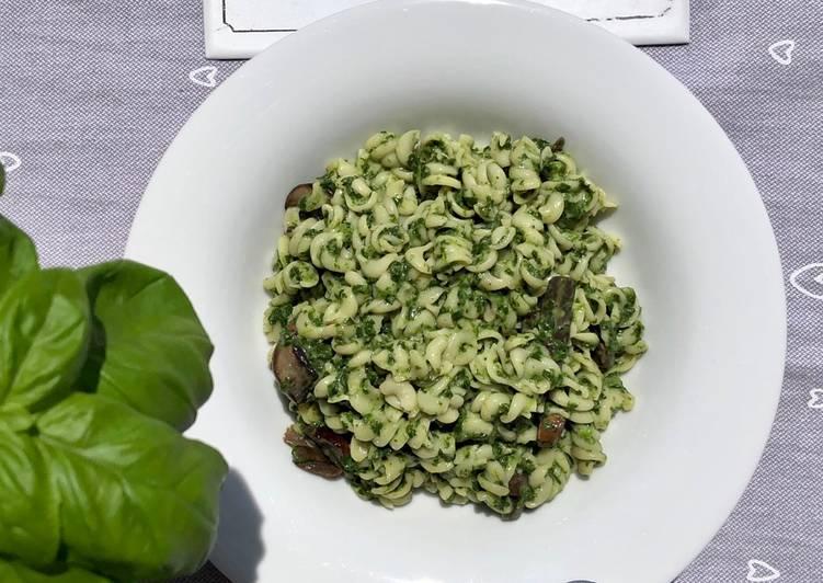 Pasta in Spinatrahm mit Champignons