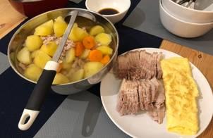 Dinner: Thịt luộc. Trứng rán. Canh cà rốt, khoai tây, thịt băm
