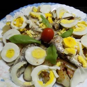 Ensalada española de papines, sardinas y ajíes en vinagre
