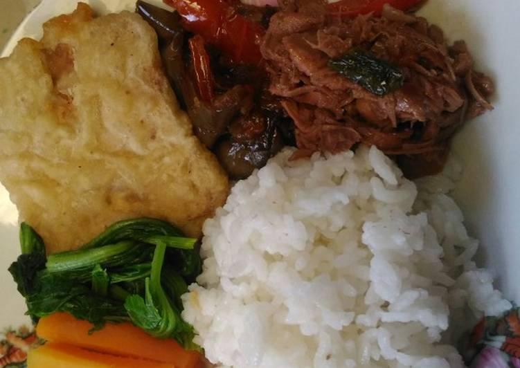 Rames siangku, sambal terong, gudeg pedas,Tempe goreng, rebusan