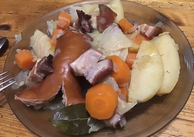 Potée au chou chinois pommes de terre carottes oignons saucisses et lard