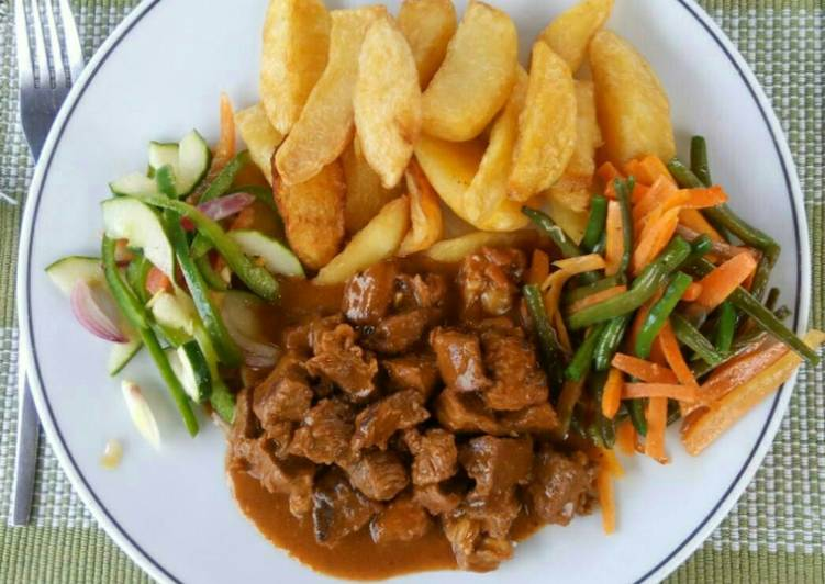 Recipe of Award-winning Potato wedges, Beef, Fried French beans and carrots