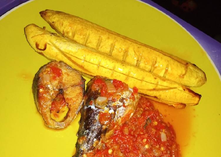 Oven grilled Boli, fried fish and pepper stew